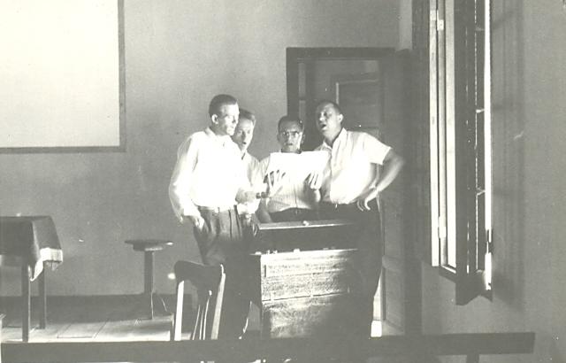 R. Plett, H. Pankratz, H. Wiens, A. Enns mientras ensayan